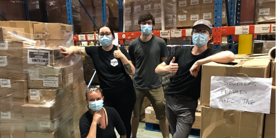 """Les volontaires du projet """"Nourrir ton été et ta communauté"""" lors d'une journée de bénévolat à Moisson Montréal"""